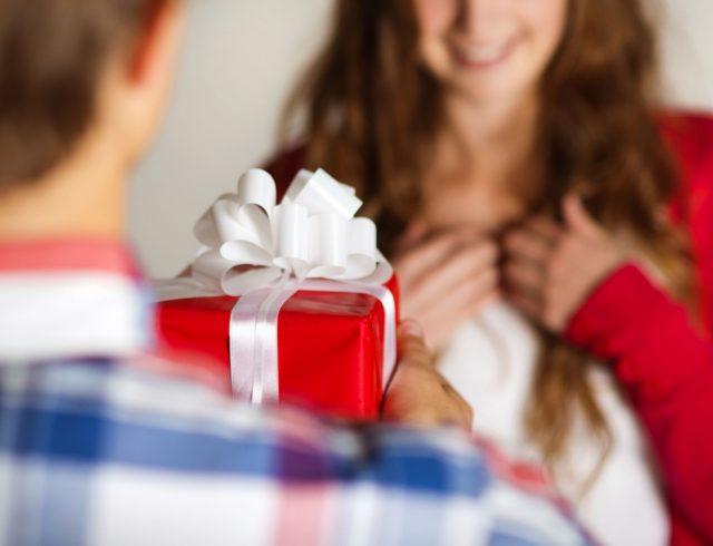 Un uomo che offre un regalo
