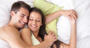 couple heureux après une relation sexuelle