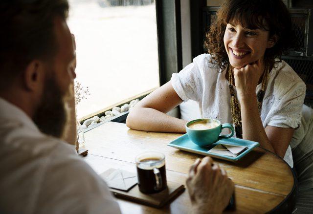 Couple discutant dans un bar