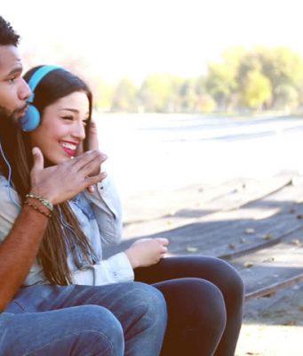 couple écoutant de la musique